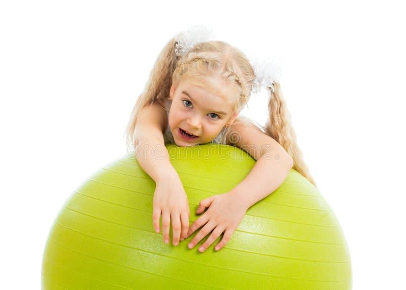 Kindmeisje met gymnastiek- bal stock foto