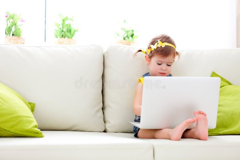 Kindmeisje met laptop thuis royalty-vrije stock foto's