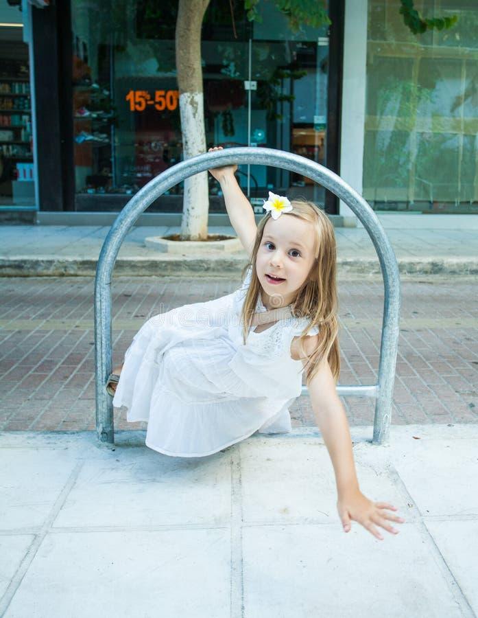 Kindmeisje met verrassingsgezicht het spelen dichtbij met weg stock fotografie