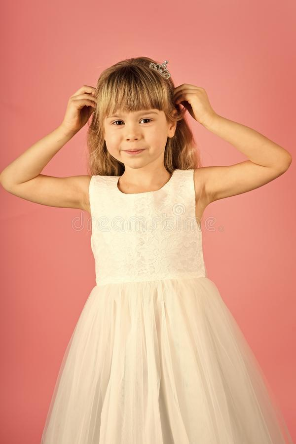 Kindmeisje in modieuze glamourkleding, elegantie Manier en schoonheid, weinig prinses Mannequin op roze achtergrond royalty-vrije stock foto's