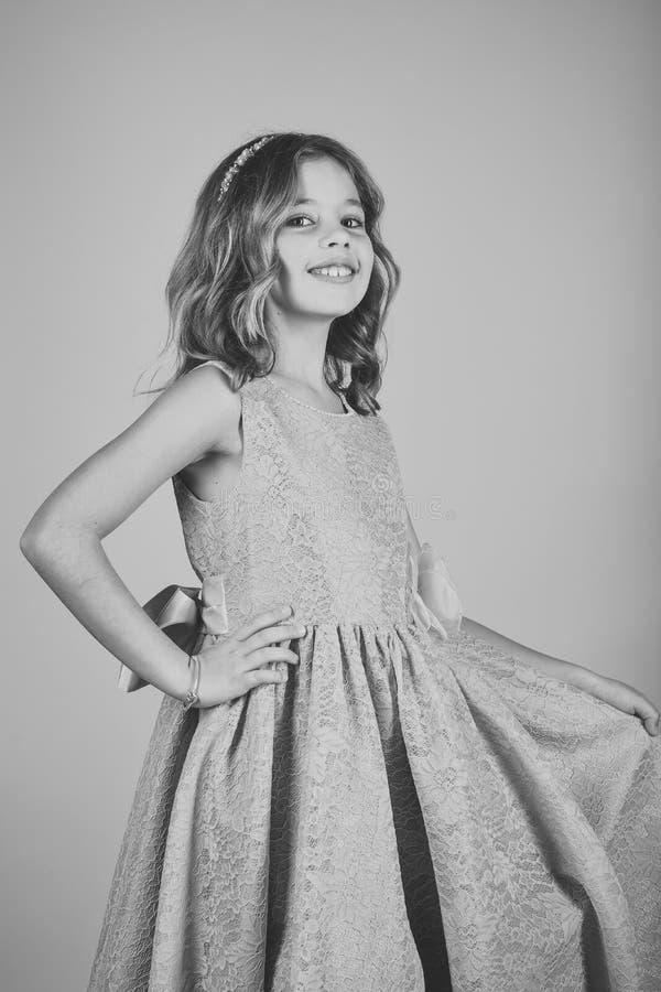 Kindmeisje in modieuze glamourkleding, elegantie Mannequin op roze achtergrond, schoonheid Manier en schoonheid, weinig stock foto's