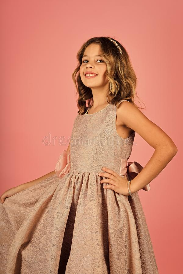 Kindmeisje in modieuze glamourkleding, elegantie Mannequin op roze achtergrond, schoonheid Manier en schoonheid, weinig royalty-vrije stock afbeelding