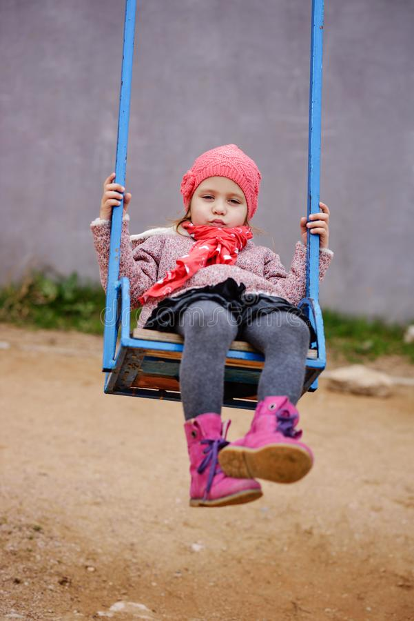 Kindmeisje op schommeling royalty-vrije stock foto