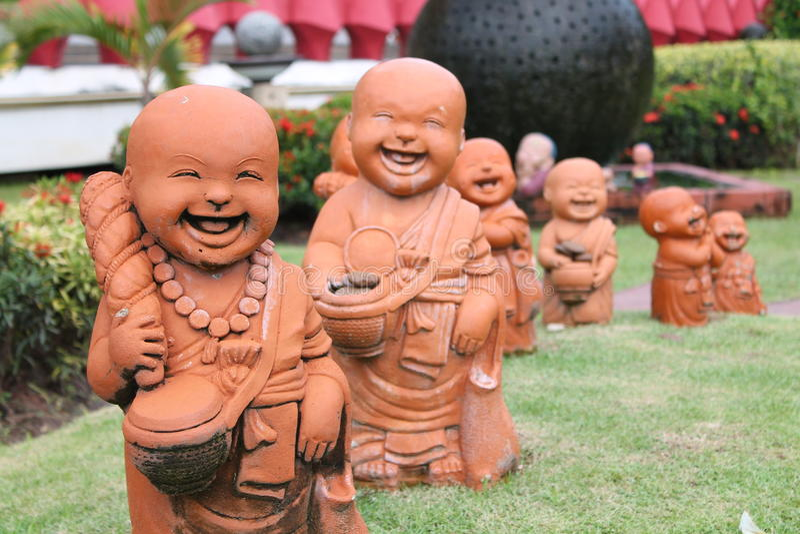 Kindmonnik Dolls, de Kunst van standbeeld in de Tempel stock foto's