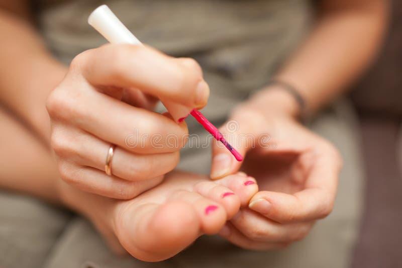 Kindpedicure en nagellak stock foto