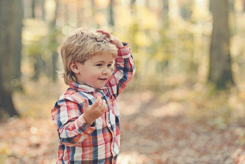 Kindportret het glimlachen Portret van kind Grappig weinig jongen op aardachtergrond Aanbiddelijke jonge gelukkige jongen met gli royalty-vrije stock afbeelding