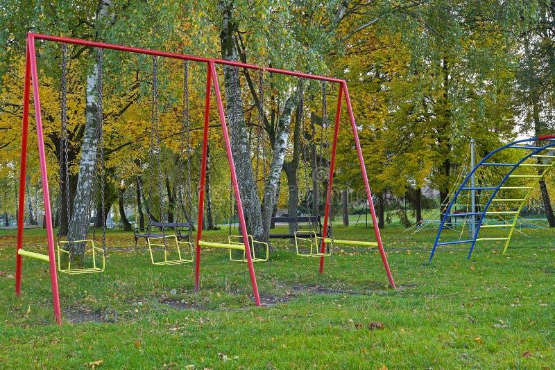 Kindschommeling in park in de herfst royalty-vrije stock foto