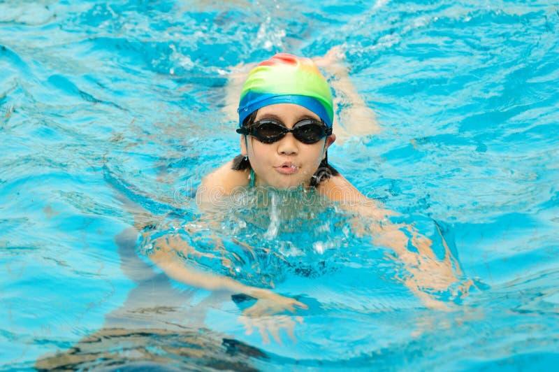 Kindschwimmen stockfotografie