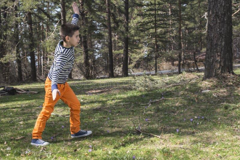 Kindspel in het bos royalty-vrije stock foto