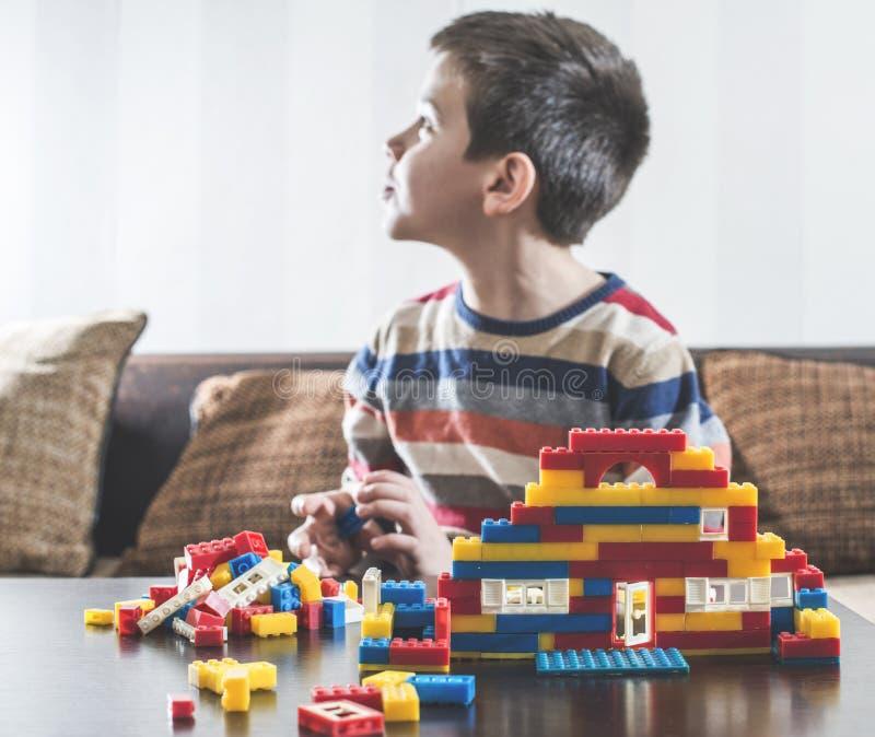 Kindspel met de aannemersspeelgoed van kinderen stock foto