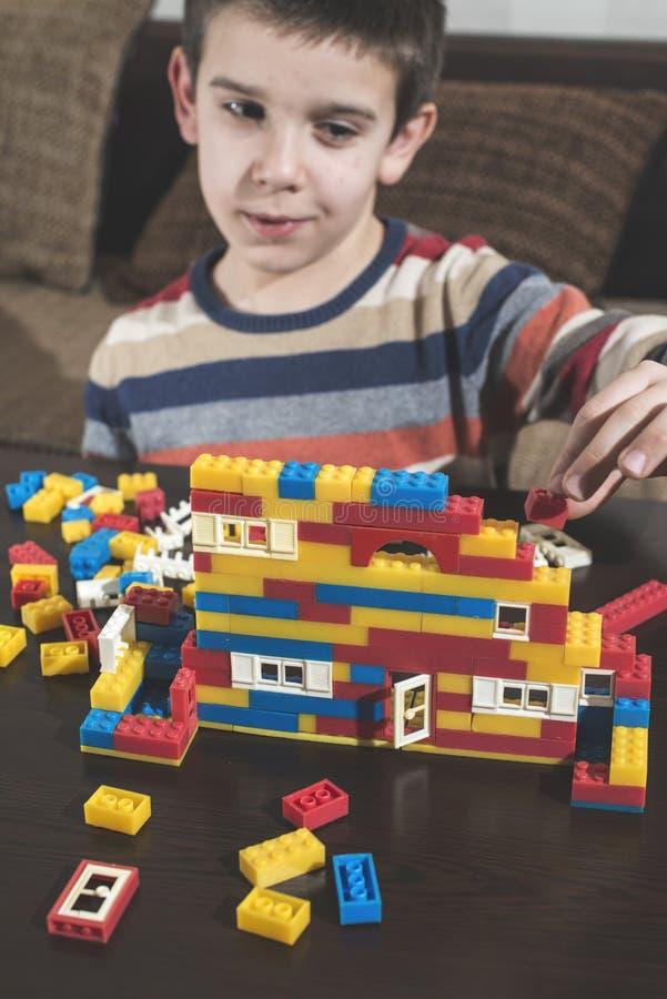 Kindspel met de aannemersspeelgoed van kinderen stock afbeeldingen