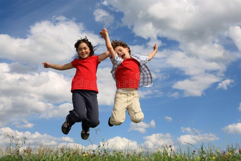 Kindspielen im Freien lizenzfreies stockbild