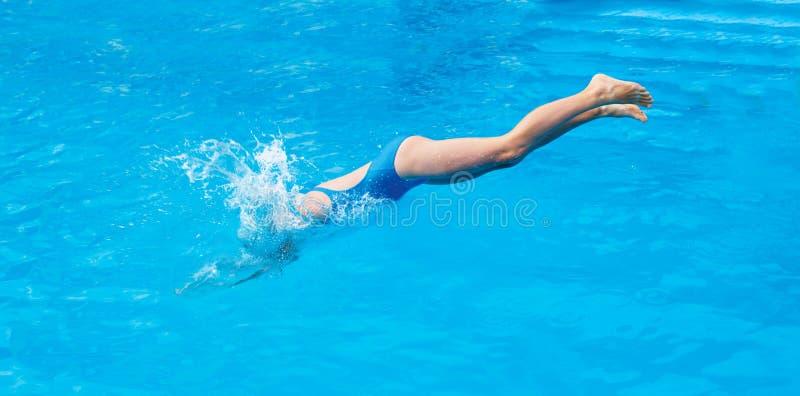Kindsprong in het zwembad De tijd van de de zomersport royalty-vrije stock afbeelding