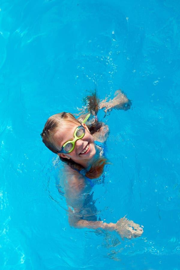 Kindsprong in het zwembad De tijd van de de zomersport stock fotografie