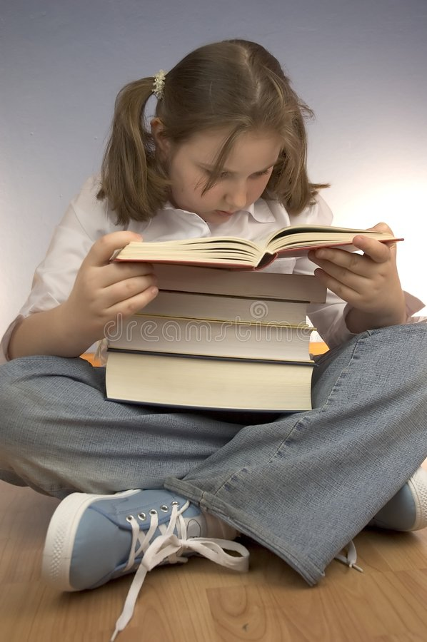 Kindstudieren lizenzfreie stockfotos