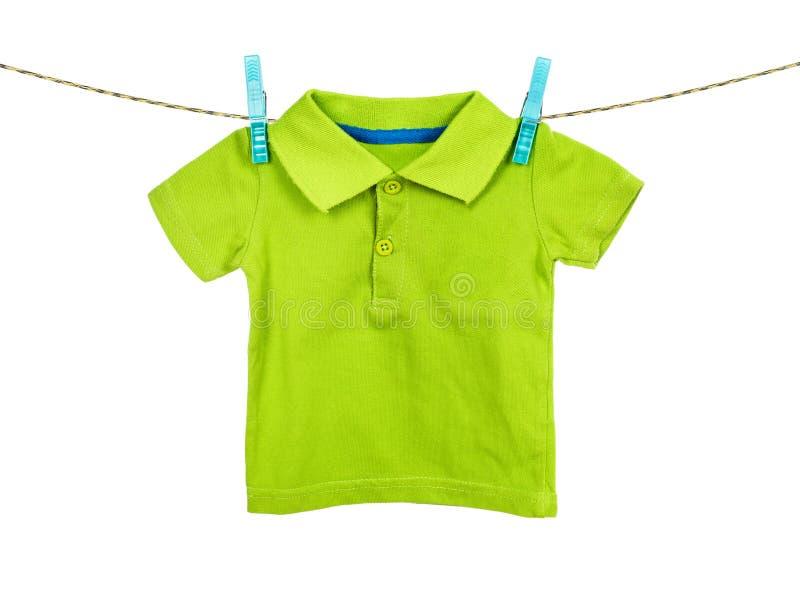 Kindt-shirt het hangen op de drooglijn op wit royalty-vrije stock foto's