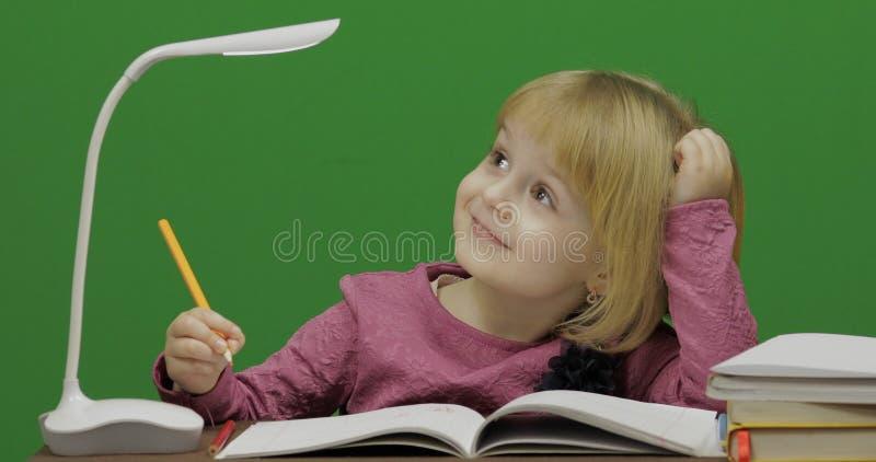 Kindtekening bij de lijst Onderwijsproces in klaslokaal Twee in: 1 stock afbeeldingen