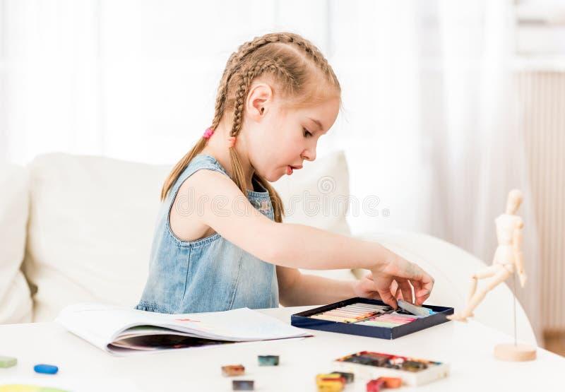 Kindtekening met droge pastelkleur stock foto