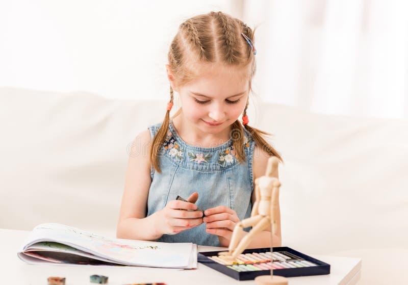 Kindtekening met droge pastelkleur stock afbeeldingen