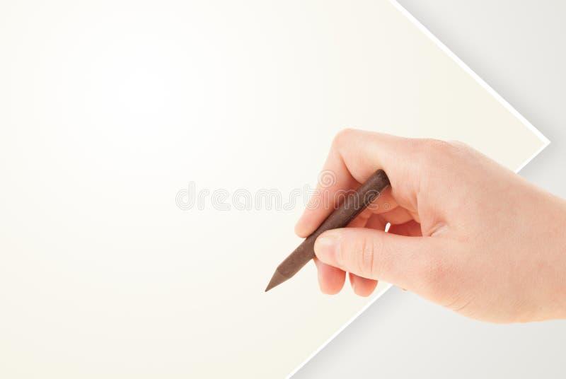 Kindtekening met kleurrijk kleurpotlood op leeg leeg document stock foto's