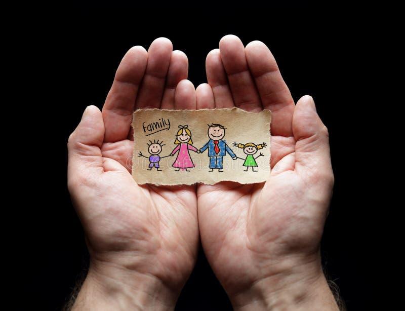 Kindtekening van familie met de bescherming van tot een kom gevormde handen royalty-vrije stock fotografie