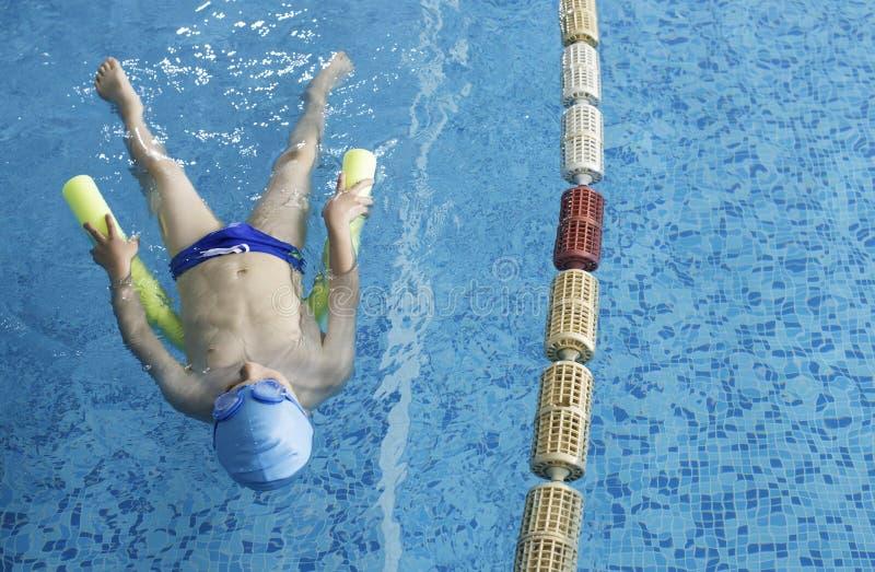 Kindzwemmer in zwembad royalty-vrije stock afbeeldingen
