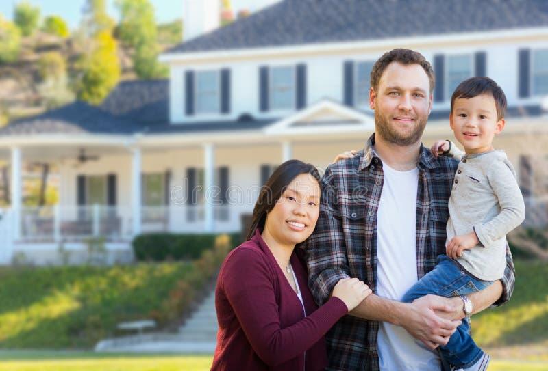 Kines för blandat lopp och Caucasianföräldrar och barn i Front Yard arkivfoto
