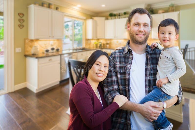 Kines- och Caucasianföräldrar och barn inomhus Insid för blandat lopp royaltyfri bild