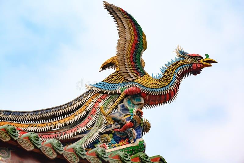 Kines phoenix, takkonstverk, skulptur av draken på den Longshan templet, Taipei, Taiwan arkivfoto