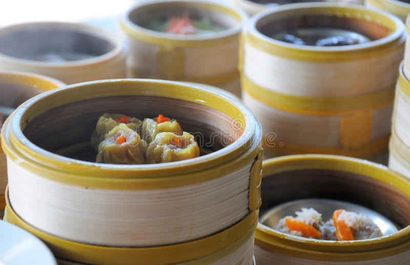 Kines strömmade Dim Sum i bambukorg arkivbild