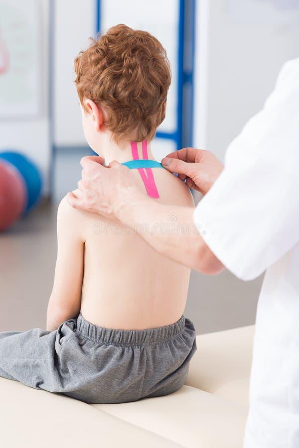 Kinesio nagrywa w pediatriach obraz stock