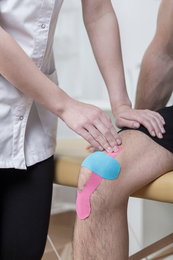 Kinesiology nagrywa dla bolesnego kolana zdjęcia stock