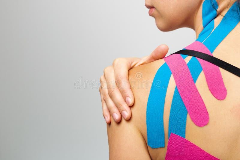 Kinesiotaping, kinésiologie Athlète au kinesiotape, bande musculaire sur l'épaule photographie stock libre de droits