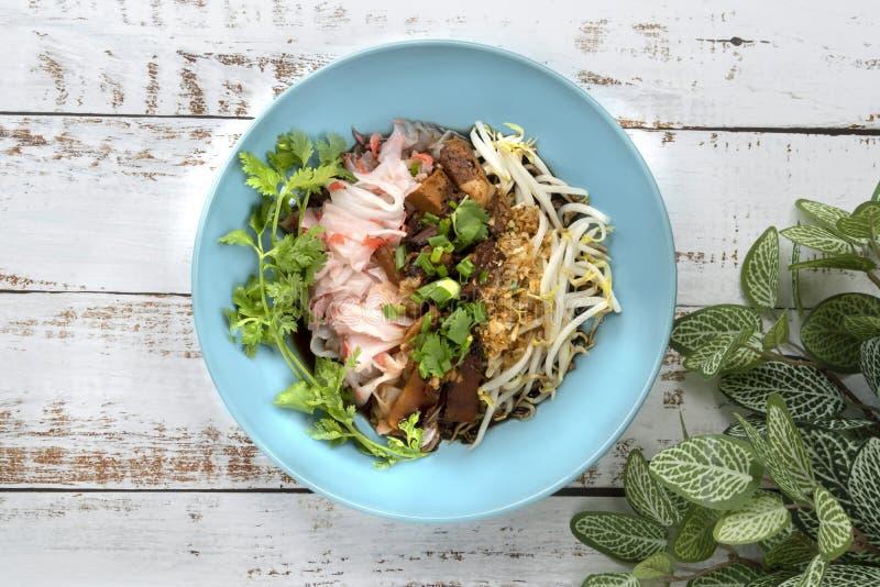 Kinesisk ångad risnudel med kokt griskött, tofu, torkad shrim arkivbilder