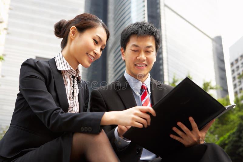 Kinesisk affärsman och affärskvinna arkivbild