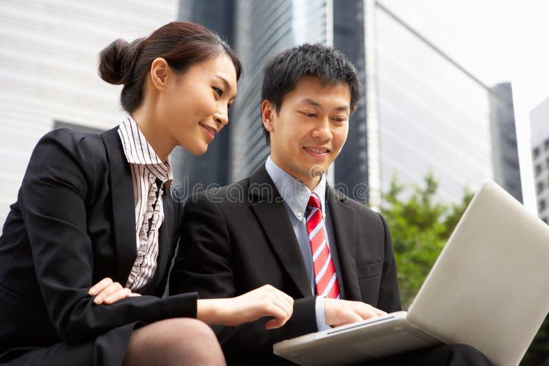 Kinesisk affärsman- och affärskvinnaWorking fotografering för bildbyråer