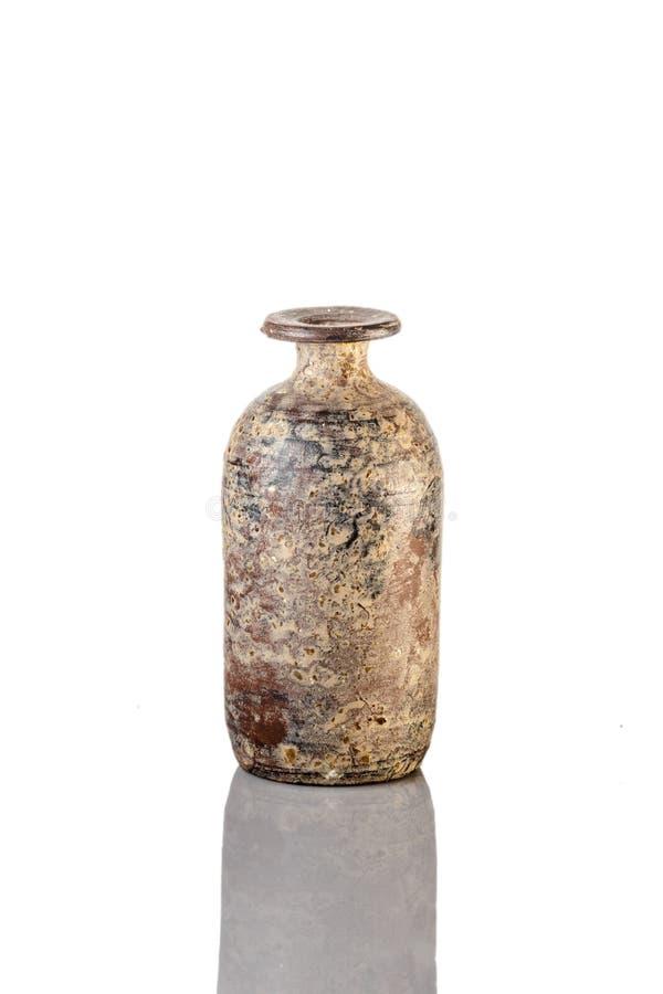 Kinesisk antik vas på den vita bakgrunden arkivfoton