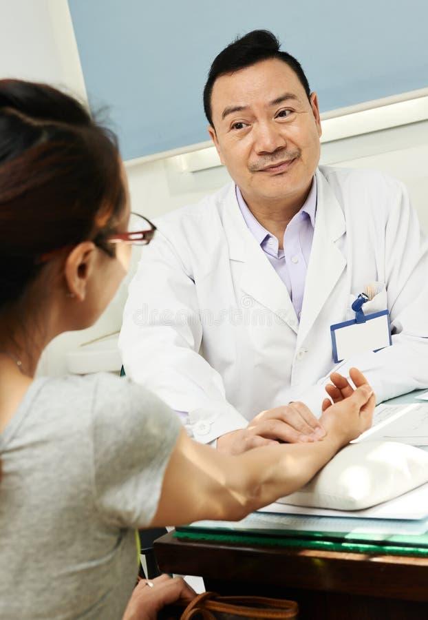 Kinesisk asiatisk manlig doktor royaltyfria bilder