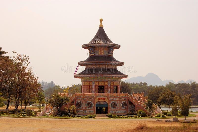 Kinesisk buddistisk tempel i Kanchanaburi, Thailand arkivfoto