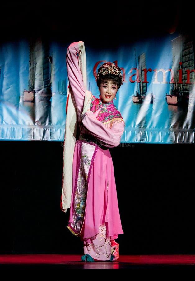 Kinesisk dansare som utför på etapp royaltyfria foton