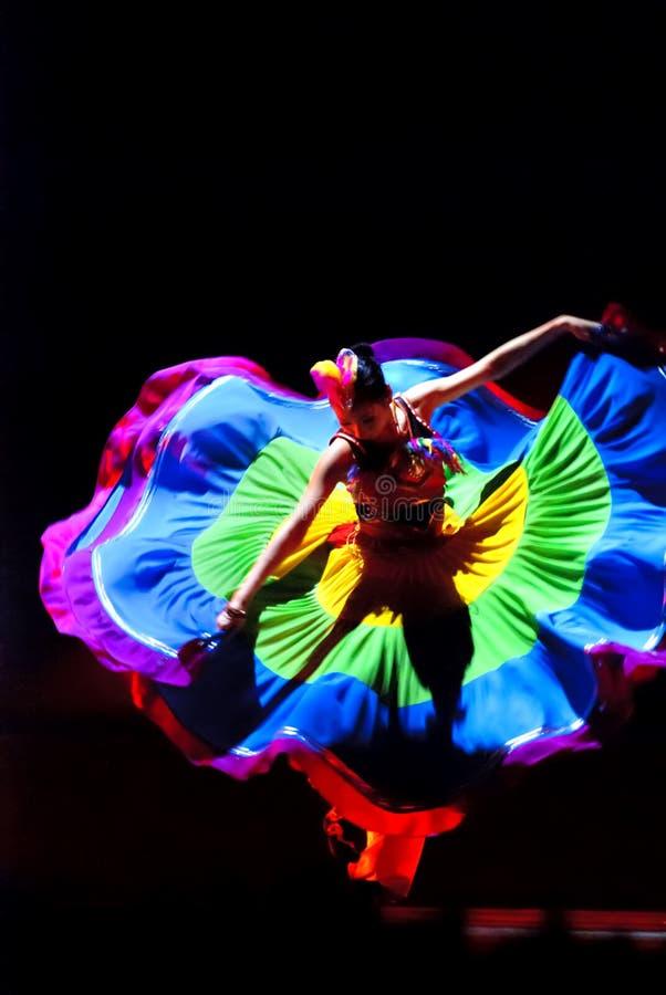 kinesisk dansperson som tillhör en etnisk minoritet royaltyfria bilder