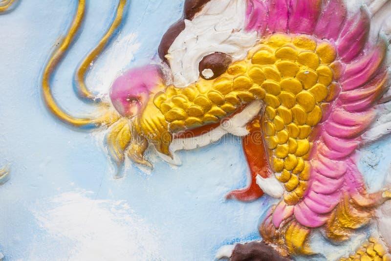 Kinesisk drake för Closeup på väggen av den Kina templet royaltyfri foto
