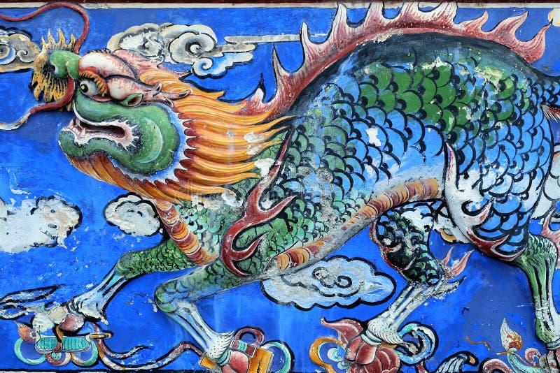 Kinesisk drake - härlig forntida konst på en vägg royaltyfria foton
