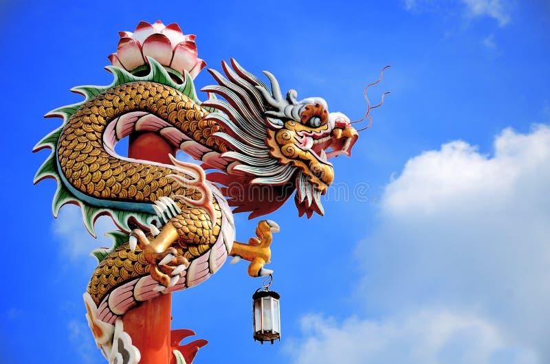 Kinesisk drake i skyen royaltyfri bild