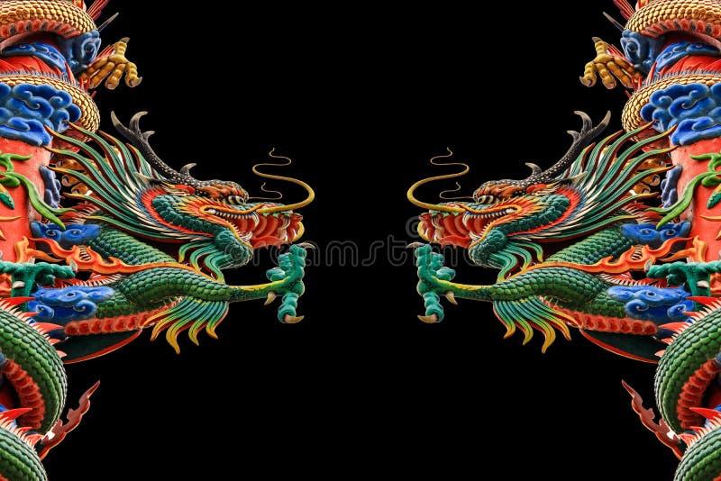Kinesisk drake med öppen mounth mot en svart bakgrund. royaltyfri bild