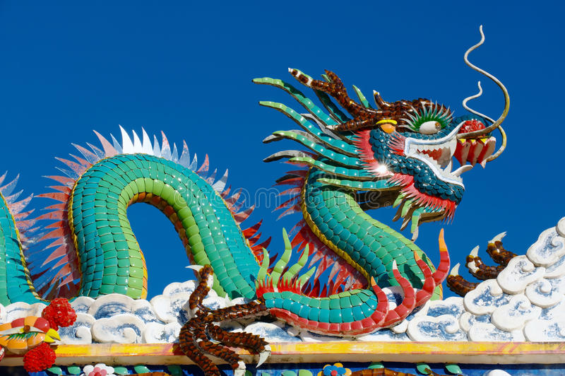 Kinesisk drakestaty i porslintempel royaltyfri fotografi
