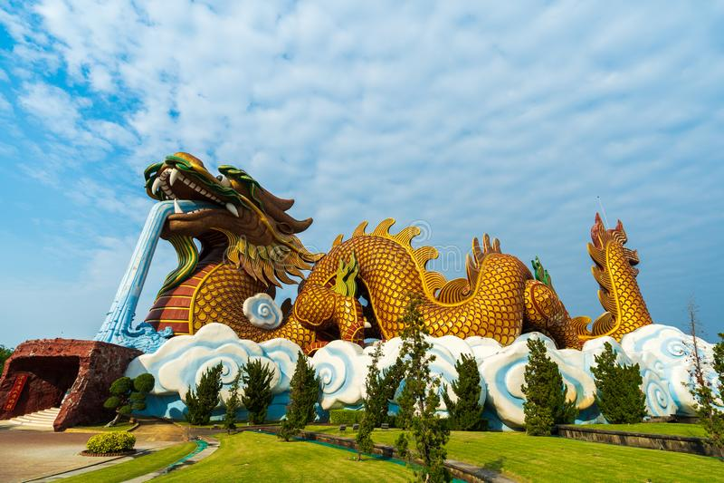 Kinesisk drakestaty i Suphan Buri, Thailand arkivfoton