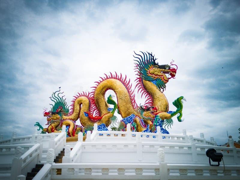 Kinesisk drakestaty- och himmelbakgrund arkivbilder