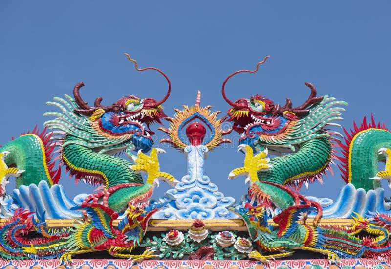 Kinesisk drakestaty på tempeltaket royaltyfri bild