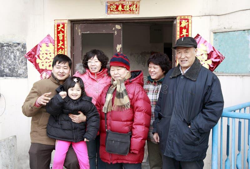 kinesisk familjstående arkivfoton